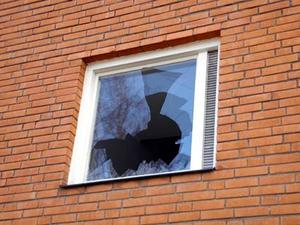 Ett fönster krossades i ett hyreshus i centrala Sveg.Foto: Carin Selldén