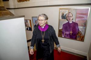 Två kvinnor i rad. Biskopen och hennes närmaste företrädare.