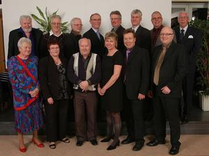 Årets klockfest vid Akzo Nobel gick av stapeln fredagen den 28 november. Huvudpersoner för kvällen var de som arbetat i företaget i 25 år samt de som gått i pension under året. Från vänster övre raden: Reidar Viklund, Kvissleby, Stig Krantz, Sundsvall, Rolf Bolander, Gnarp, Jan-Olov Larsson, Sundsvall, Bo Kårström, Sundsvall, Rolf Eriksson, Alnö, Carl-Erik Hällund, Sundsvall, Ronny Westlin, Njurunda. Från vänster nedre raden: Anita Karlsson, Sundsvall, Birgitta Grandell, Sundsvall, Rolf Olofsson, Kvissleby, Marija Kraft-Hall, Sundsvall, Dick Floresten,Kvissleby, Per Gabrielsson, Njurunda. Jubilarer som saknas på bilden: Ove Lans, Lage Sandgren, Lennart Nilsson, Göran Hjorth, Lennart Löfman, Rita Bergman, Leif Flodman, Leif Andersson, Jan Söderström, Gösta Johansson och Peter Gräntz.