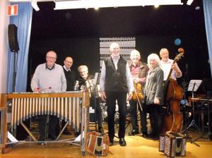 I Swingtime spelades det glamusik av, från vänster, Bo Andersson, Rolf Engberg, Bo Eklund, Lasse Forsberg, Rolf Wikström, Anna Sofia Persdotter och Walter Granlund.
