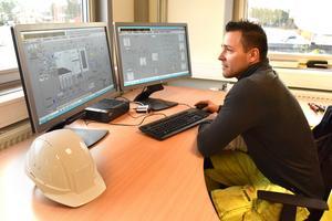 Jesper Klangebo är produktionschef på Eon och har från denna dator uppsikt över hela systemet i Mora.
