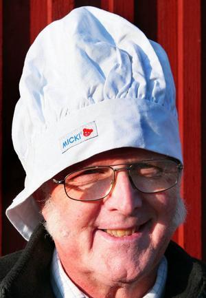 Ordföranden i Rödöns hembygdsförening Evert Jonsson sålde korv under marknaden.