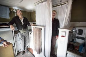 John och Ann visar upp deras hem. Compact living helt enkelt.