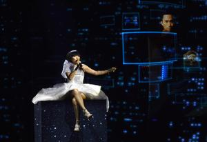 Australiens Dami Im framför bidraget Sound Of Silence.