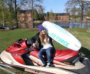 """Vill att alla ska ha råd. """"Vi vill att det ska vara så billigt som möjligt så att alla har råd att prova wakeboard"""", säger Isabel Mattsson, ordförande i extremsportföreningen Wakeboard i Sandviken."""