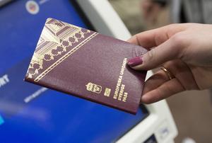 Kvinna med svenskt pass.