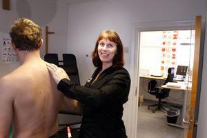 Ny i Hallstavik. Wiwie Dunhall är legitimerad naprapat och vd för Totalhälsan som öppnat mottagning i Hallstavik. Här hjälper hon en patient med en krånglande axel.