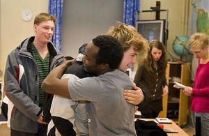 Mötet mellan John Maina och eleverna på samhällsprogrammet blev uppskattat och känslofyllt.