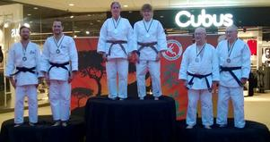 Eva Kellner och Anna Lindgren, Gävle Judo club överst på prispallen.
