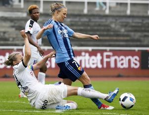 Lisa Lantz sätter stopp för  Djurgårdens Katrin Schmidt på Stockholm Stadion.