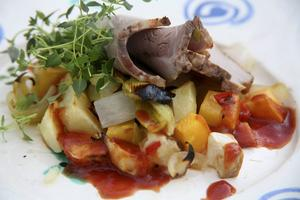Rostade grönsaker med en het salsa passar utmärkt till exempelvis en kalvstek.   Foto: Dan Strandqvist