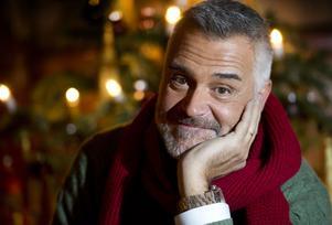 """Njuter. """"Man kan välja att se julen som en fest med mat och gemenskap"""", säger Ernst Kirchsteiger. 19 och 21 december sänds """"Jul med Ernst"""" i TV 4."""