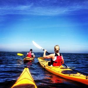 Fantastiska timmar tillsammans med vännerna Theres och Stefan på havet utanför Fogdösten. Foto: Maria Westh