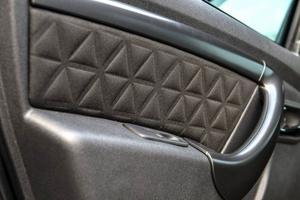 Bildtext 5: Lite mönster i tyget på sidodörrarna piffar upp inredningen.Foto: Anders Wiklund/TT