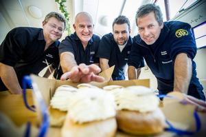 På fettisdagen är det fritt fram att äta så många semlor som du orkar. Här hugger Anders Petersson, Lars-Åke Svärd, Pär Svärd och Stefan Sahlén in på godsakerna.