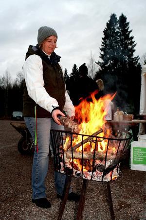 Mysig julstämning. Maragreta Hillbom såg till att elden glödde under julmarknaden.
