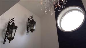 Fem meter i takhöjd borgar för ett ljust och luftigt badrum.