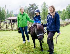 Ygs stuteri kom förbi med två av sina Shetlandsponnyer så att barnen fick rida. Här sitter Ebbot Hallqvist, 3 år, på en häst (som heter Täppas) för första gången. Han klarar det galant med lite stöd av Sofie Pettersson från stuteriet, och mormor Anda Embretsen.