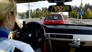 Kvinna åtalas misstänkt för vårdslöshet i trafik – färden slutade i ett vägräcke