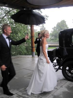 Bruden Anna Westling Blom i axelbandslös brudklänning.