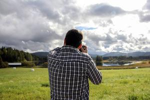 Speglingar i Bofarasjön, fotograferad från vägen mot Sockmyre.