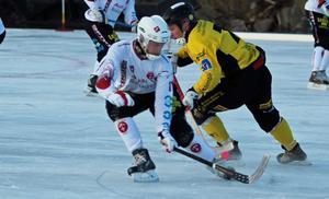 SIF Norrteljes Daniel Falk, som tyvärr missade en straffvid ställningen 1–3, i en av många täta kamper med Köpings David Eriksson.