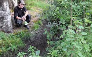Mikael Ilar känner en oro för att hans vattenbrunn är förstörd och blir lite irriterad över att han inte får veta hur det är med vattnet. Foto: Sven Thomsen