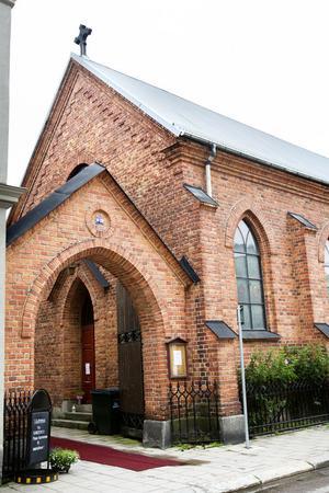 Huvudingången till kyrkan ligger omedelbart till höger, då man kommer in från Norra Centralgatan.