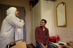 Hela familjen lever i ett rum på asylboendet. Det går och vare sig Rana eller hennes man Moataz vill klaga men de längtar efter ett eget hem.