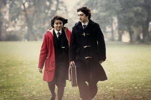 """Yasmin Paige och Craig Roberts spelar tonårigt kärlekspar i den brittiska dramakomedin """"Submarine""""."""
