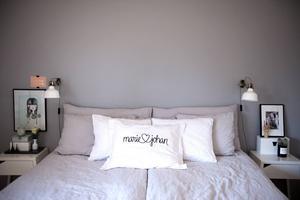 Parets sovrum är vilsamt inrett med spännande stilleben att vila ögonen på.