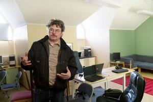 – Det ligger inte på Migrationsverkets bord att fixa tv och internet, så vi fixade ett rum i skolan där de kan koppla upp sig.