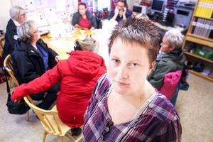 Pernilla Olofsson och hennes kollegor inom hemtjänsten i Hoting har fått nog. Hela arbetslaget tvingas hålla till i ett gammalt omklädningsrum på Brismarksgården, där det varken finns diskbänk, tvättmaskin, skafferi eller ens en soffa att vila på. De befarar en massjukskrivning och kräver att kommunen ger dem bättre arbetsmiljö snarast.