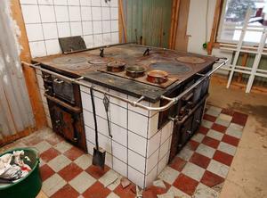 I köket står kopparkastrullerna kvar på spisen.