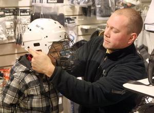 Nisse Strandman, 30, med sonen Melker, snart 5, fyndade hjälm.- Den ska jag ha när jag spelar hockey hemma. Så att man inte får pucken i ansiktet, då kan man slå ut en tand, förklarade Melker.