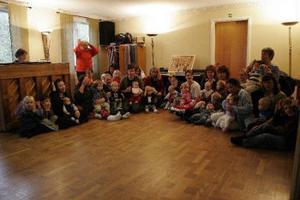 Rekordmånga i barnmusiken. Här är deltagarna samlade i Harmångers prästgård.