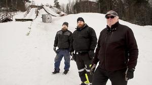 Bakom Daniel Johansson, Dennis Lindberg och Seppo Reijonen syns bland annat vattentanken som välts.