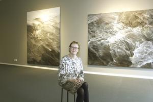 Ann Frösséns utställning, där hon skildrar hav och vatten, invigs i morgon på Norrtälje konsthall.
