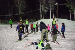 Det blev en tidig skidpremiär för barnen i Korsnäs IF. Tack vare den nya gula snökanonen, som står i bakgrunden, har föreningen kunnat lägga konstsnö mellan måndag och tisdag.