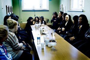 Längst in i kvinnornas rum tröstas Deber Rashids förkrossade mamma Bayan Abdullrahman.