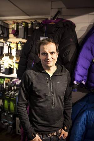 Henrik Westling, 41Bor: FrösönArbete: Naturkompaniet– Det är mycket! Jag mår bra av att fara till fjällen och gå på toppturer. Jag tränar ofta och då blir det skidor. Jag tycker om att vara med min familj och med mina barn, de får också följa med och åka skidor, förutom den yngsta på 9 månader som får ligga i pulkan.