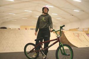 Kondition. BMX-cykling kan se lätt ut för en icke invigd person. Men Mikaela Eriksson som är en erfaren motocrossåkare gör klart att god kondition och koordinationsförmåga är två förutsättningar för BMX-åkare.