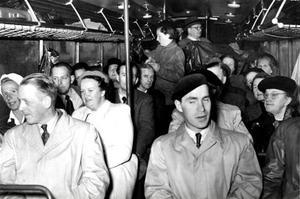 PÅ UTFLYKT. Åsa Morberg, Sandviken, känner igen några släktingar på bilden från ABF:s studieresa i slutet av 1950- eller början av 1960-talet.