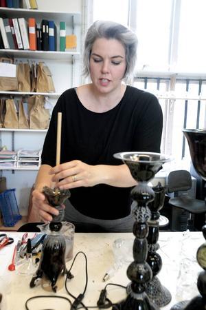 Anna-Lena Kauppi varierar det vardagliga hantverket med att också göra konstföremål och i helgen har hon utställning på Drejeriet.