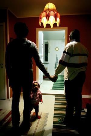 """Den bästa julklappen den här familjen kan få är att pappa """"Omar"""" får stanna med sin familj i länet. Detta trots att han fått ett utvisningsbeslut som ska verkställas."""