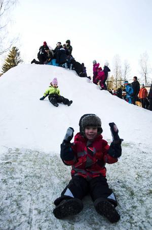 Mio Högberg, tre, åkte i full fart från snöbacken.