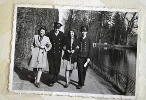 En bild från Jan Zwiers fotoalbum. Jan är längst till höger, tillsammans med sin bror, på promenad med två unga damer.