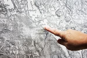 Från förr. Kartan hänger i hallen. Den är kvar sedan skoltiden. På kartan är skolhuset markerat.