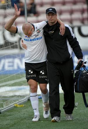 Peter Samuelsson fick hjälpas av planen stödd av Urban Juneholm, ÖSK:s naprapat.