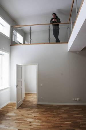 Linus Ekqvist, VD på Storsjöförvaltning AB, visar upp en lägenhet som redan är färdigrenoverad. Att det tidigare låg en loppmarknad i huset är svårt att tänka sig.